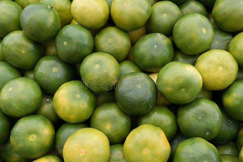 Świeży Zielony mandarynu rozsypisko na rynku kramu obraz stock