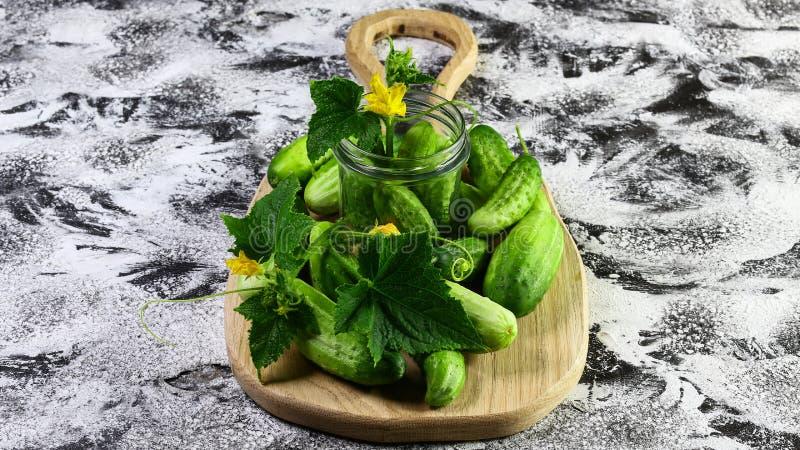 Świeży zielony ogórek na drewnianym talerza i rocznika lekkim tle Sezonowej żniwo uprawy produkt spożywczy lokalny pojęcie Autent zdjęcia royalty free