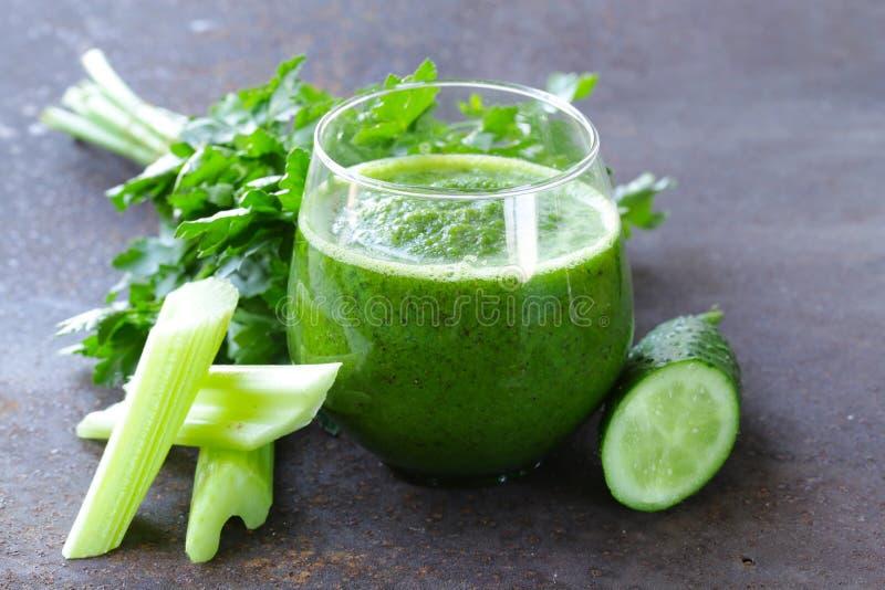 Świeży zielony sok od seleru, ogórki zdjęcia stock