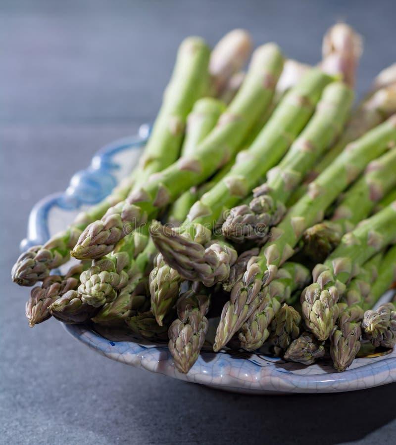 Świeży zielony uncooked asparagus, healtry warzywa obrazy stock