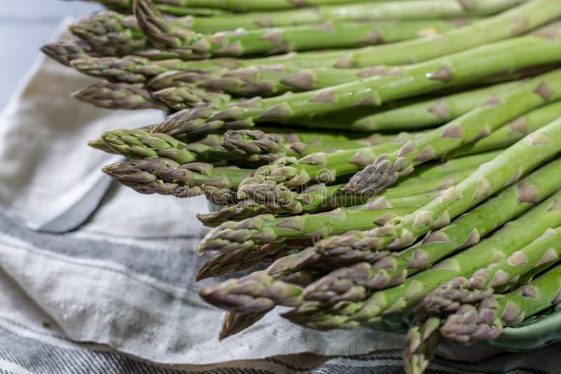 Świeży zielony uncooked asparagus, healtry warzywa obraz stock