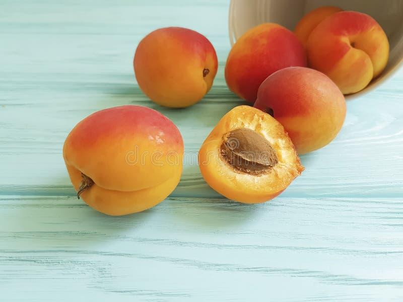 Świeżych morel przekąski jedzenia pomarańczowy owocowy zdrowy cukierki na błękitnym drewnianym lata tle obrazy royalty free