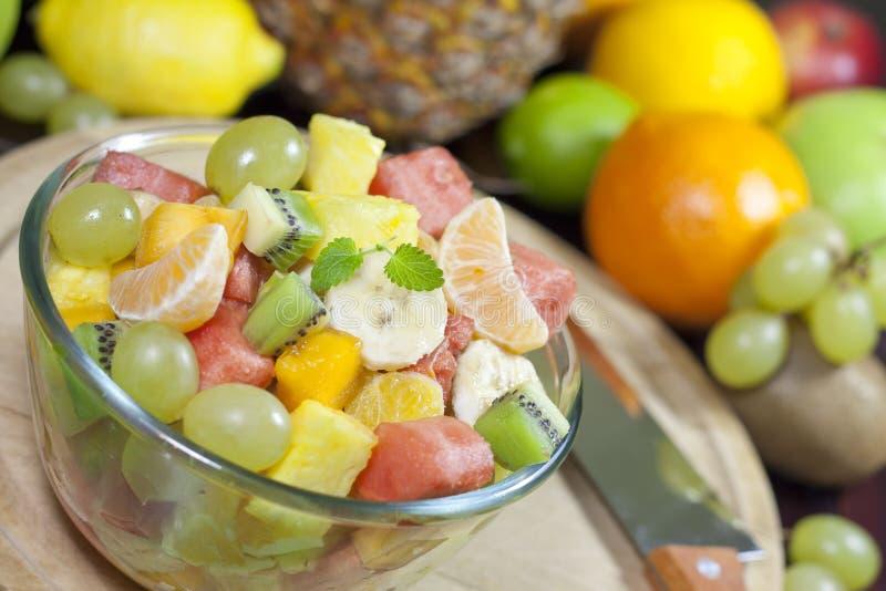 Świeżych owoc sałatka w pucharze w kuchni fotografia royalty free