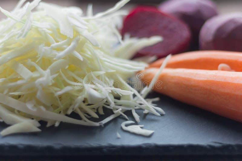 Świeżych warzyw buraki, marchewki i kapusta na, drylują deskę dla gotować zdjęcie stock