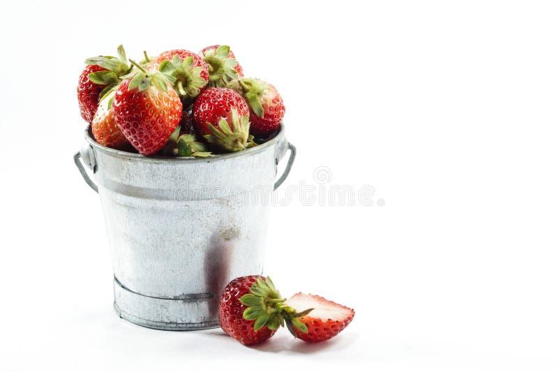 ŚWIEŻE truskawki W wiadrze II zdjęcia stock