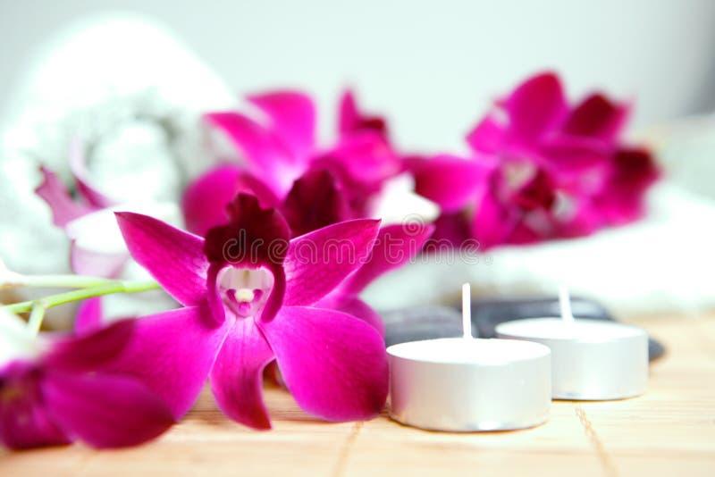 świeca otoczaków ręcznik terapii w spa. obrazy stock