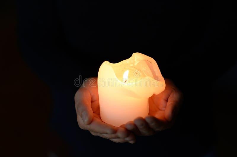 Świeczka i ręki obraz stock