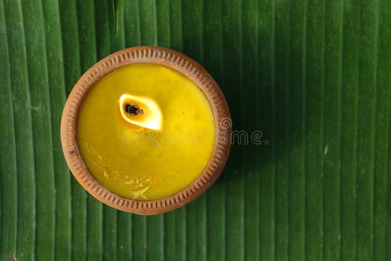 Świeczka na bananowym liściu podczas Loy krathong festiwalu CHIANG MAI, TAJLANDIA obraz royalty free