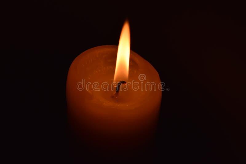 Świeczka na czarnym tle zdjęcie royalty free