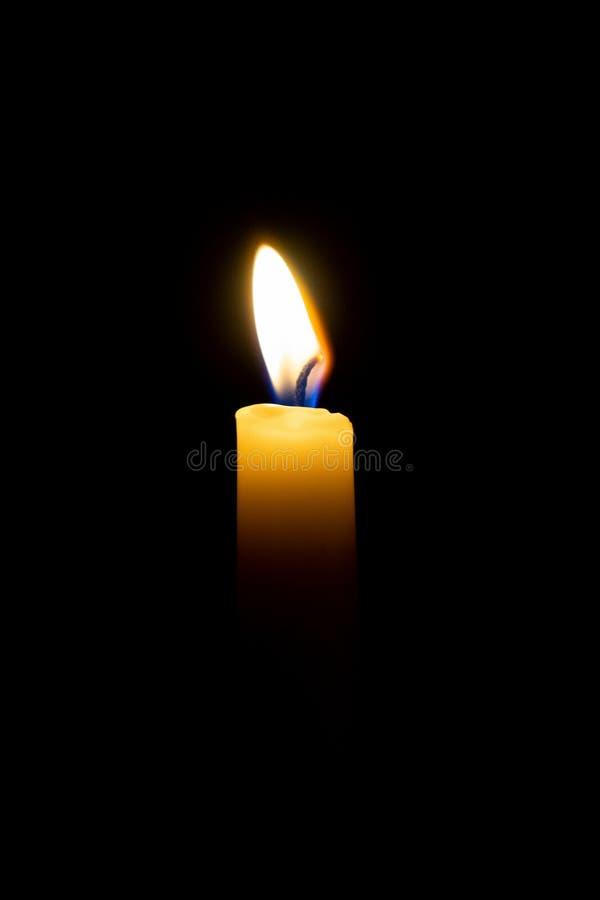 Świeczka płomień, oparzenie odizolowywający na czarnym tle obraz royalty free