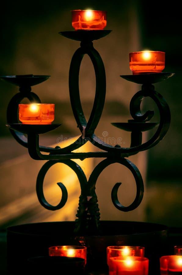 Świeczka właściciel z Czerwonymi świeczek filiżankami obraz royalty free