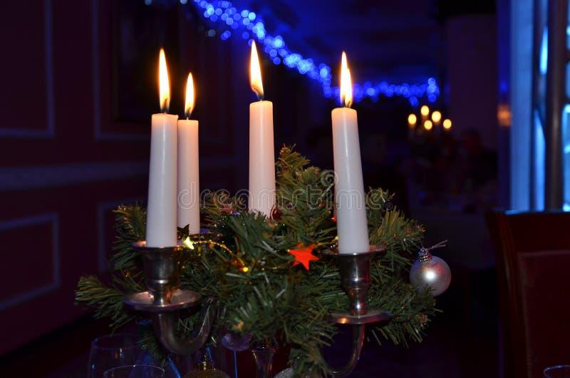 Świeczka właściciel z cztery świeczkami z migotaniem płonie obraz royalty free