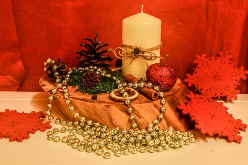 Świeczka właściciela Bożenarodzeniowe dekoracje, robić ręcznie, naturalni składniki obrazy royalty free