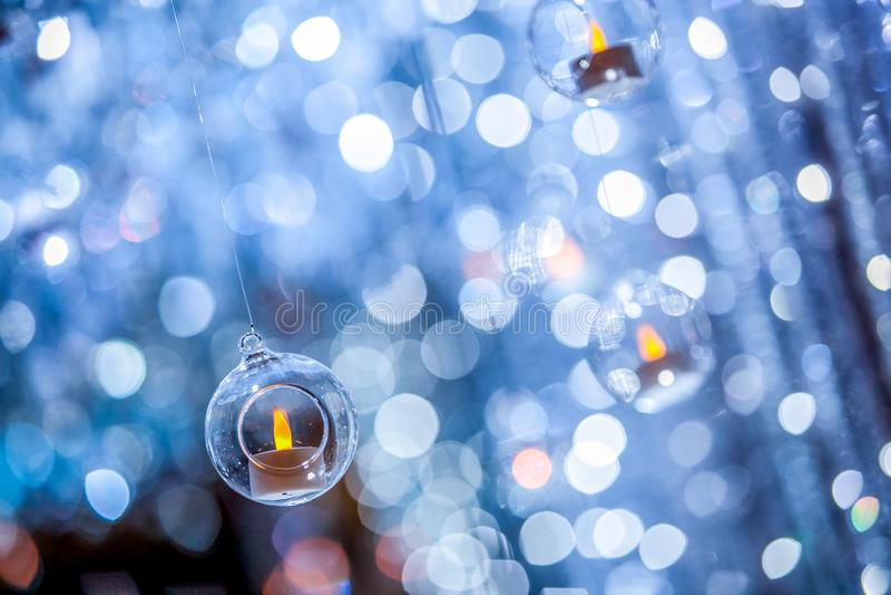Świeczka w okrąg plastikowej piłce z plamy bokeh tłem obrazy royalty free