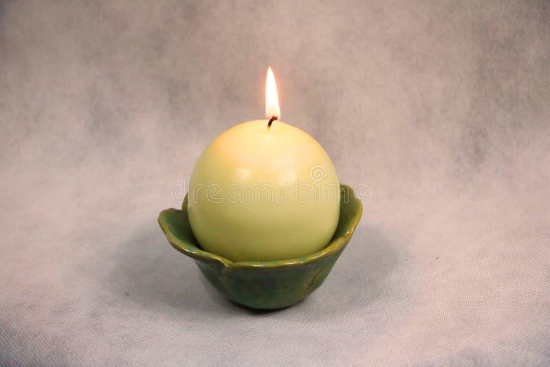 Świeczka w pucharze z miękkim światłem zdjęcia stock