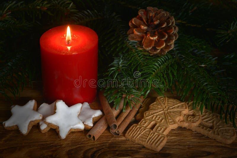 Świeczka z speculum i cynamonu gwiazdami zdjęcia stock