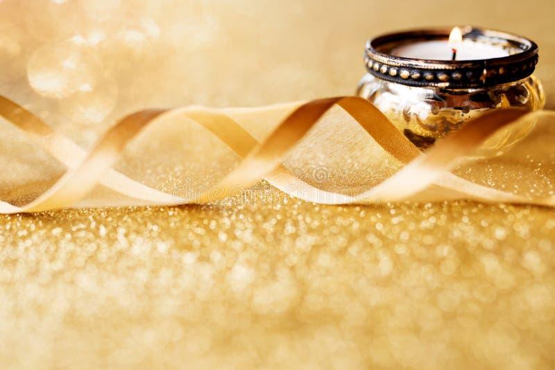 Świeczki światło na złocistym iskrzastym tle fotografia royalty free