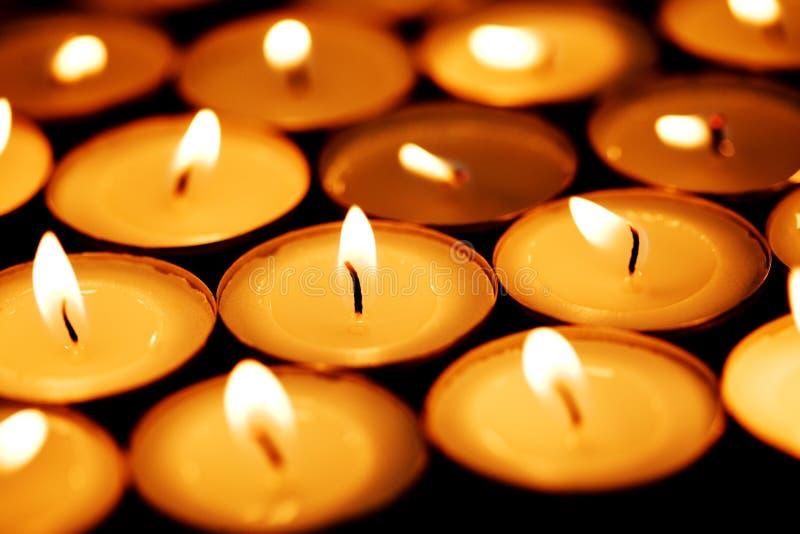 świeczki ciemności jaśnienie zdjęcie stock