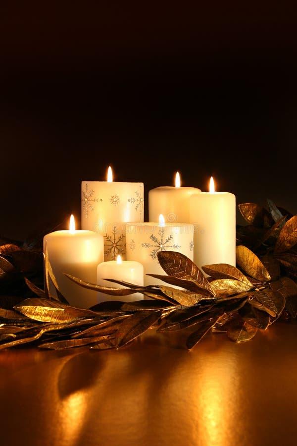 świeczki girlandy złocistego liść biel fotografia royalty free