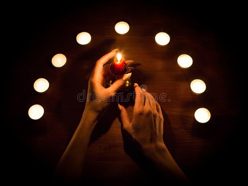Świeczki i kobiet ręki z ostrymi gwoździami Wróżba i guślarstwo, depresja klucz obrazy royalty free