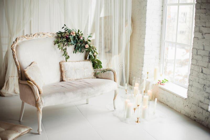 Świeczki i kwiaty na leżance fotografia royalty free