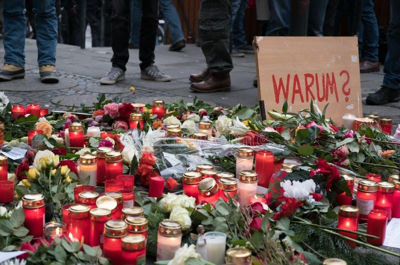 Świeczki i kwiaty przy bożymi narodzeniami Wprowadzać na rynek w Berlin fotografia royalty free