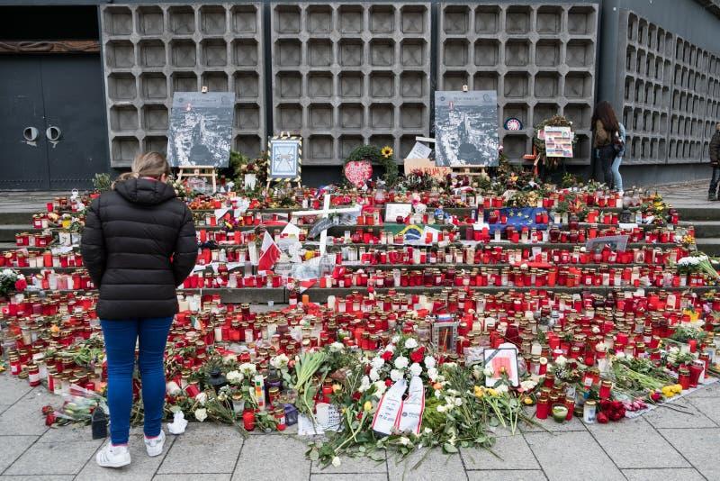Świeczki i kwiaty przy bożymi narodzeniami Wprowadzać na rynek w Berlin zdjęcie royalty free