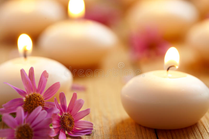 Świeczki i kwiaty. Zdrój obrazy royalty free