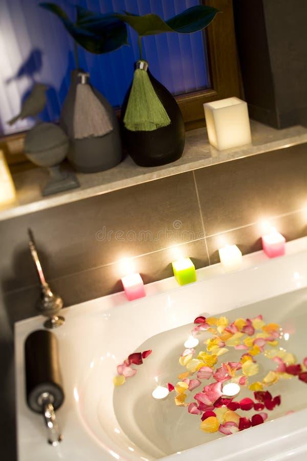Świeczki i róży wanna fotografia stock