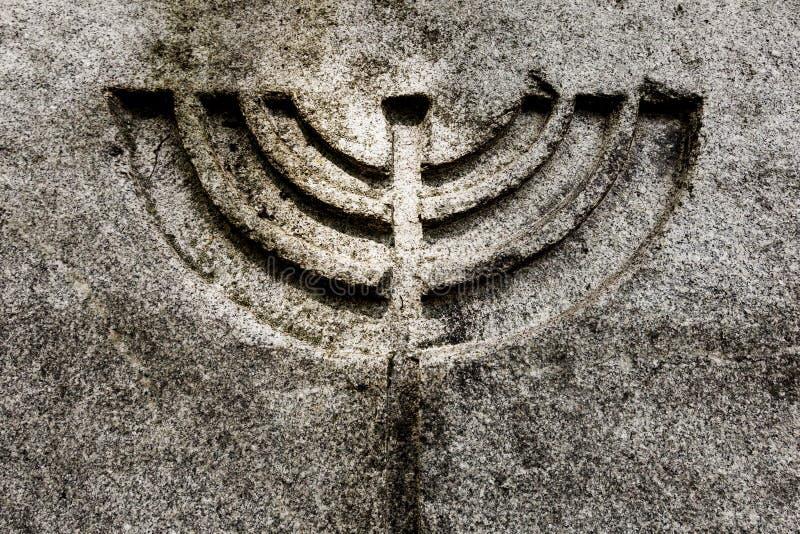 Świeczki menorah symbolu kamienia naturalny tło obrazy stock