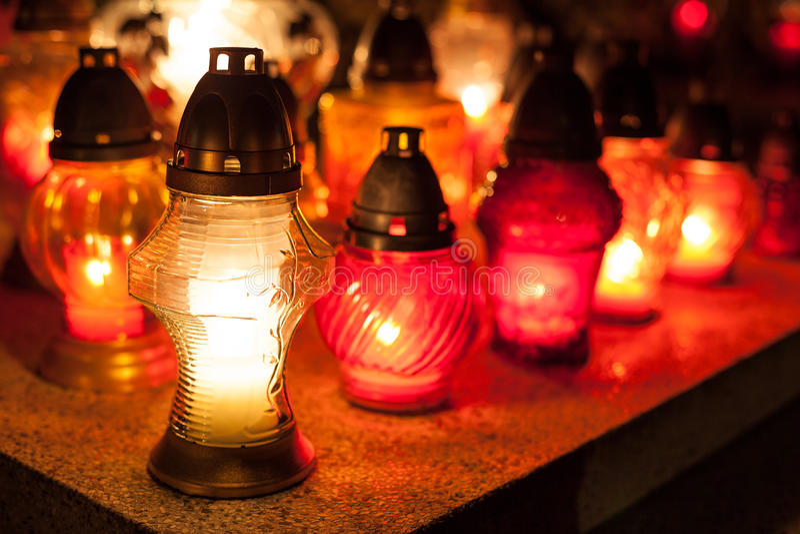 Świeczki na cmentarzu. obrazy stock