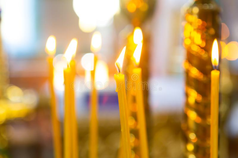 świeczki od naturalnego wosku palą w kościół obrazy stock