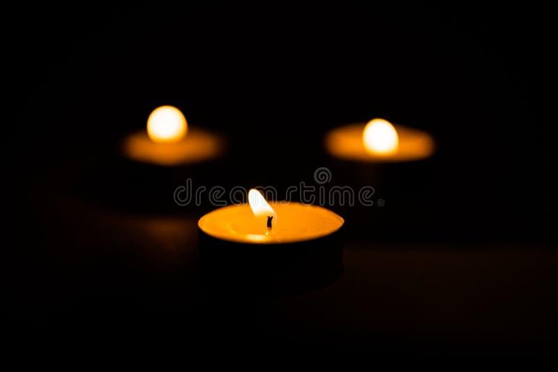 Świeczki, pali perfumowe świeczki na czarnym tle fotografia stock