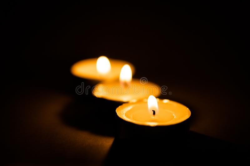 Świeczki, pali perfumowe świeczki na czarnym tle obraz stock