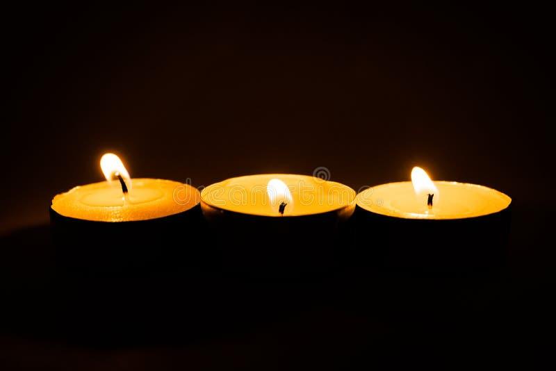 Świeczki, pali perfumowe świeczki na czarnym tle zdjęcia royalty free