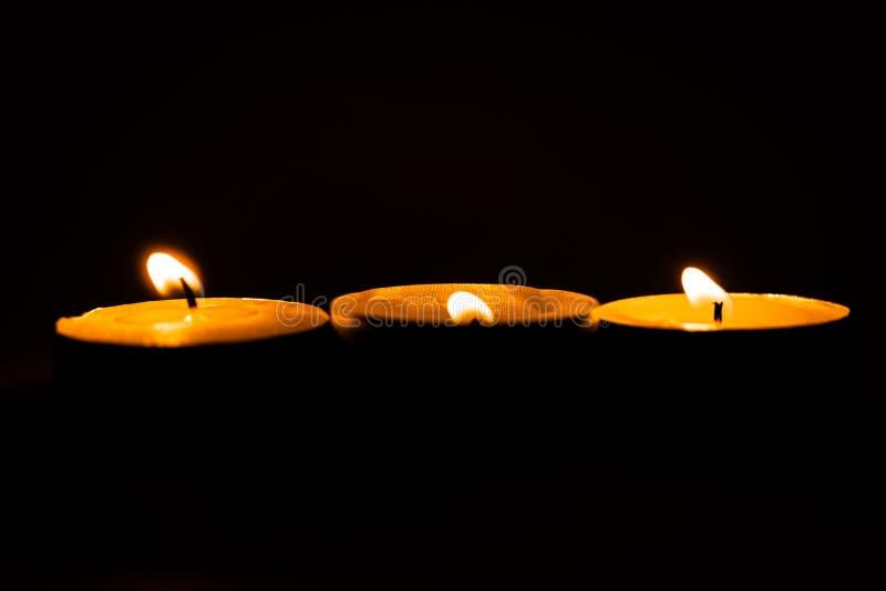 Świeczki, pali perfumowe świeczki na czarnym tle obrazy stock