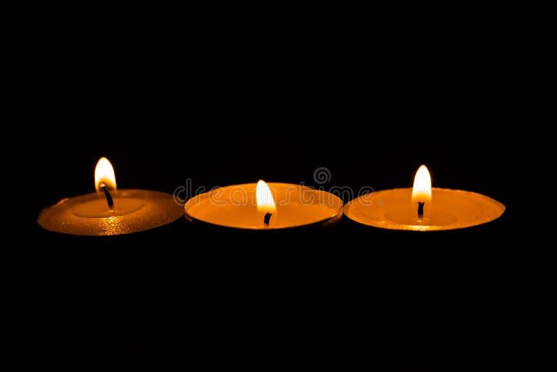 Świeczki, pali perfumowe świeczki na czarnym tle obrazy royalty free