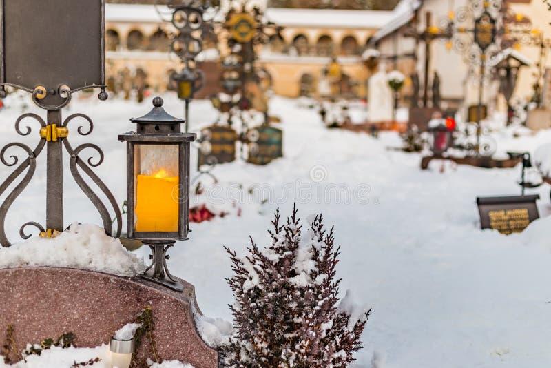 Świeczki w śnieżnym cmentarzu obrazy stock