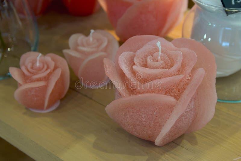 Świeczki w postaci róż na sklepu kontuarze zdjęcia stock