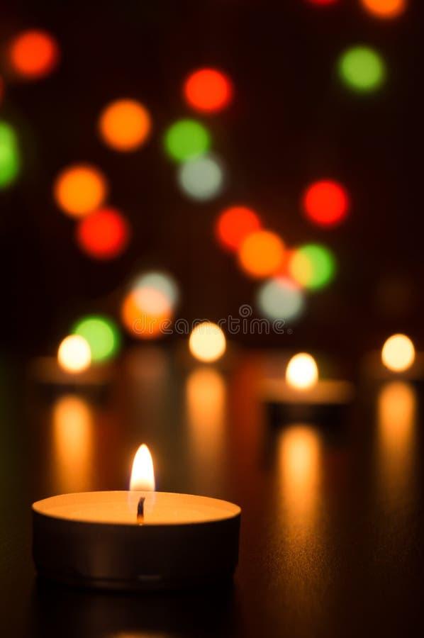 Świeczki z światłem w romantycznej dekoraci defocused światłach i Bokeh obraz stock