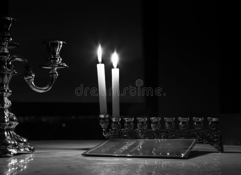 Świeczki zaświecali podczas pierwszy dnia Hanukkah obraz stock
