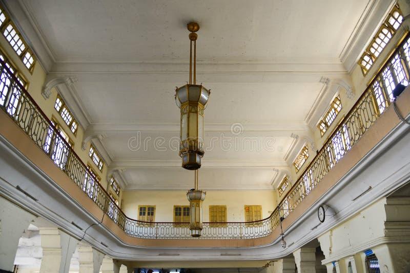 Świeczników podsufitowi światła przy antyczną stacją kolejową obrazy royalty free