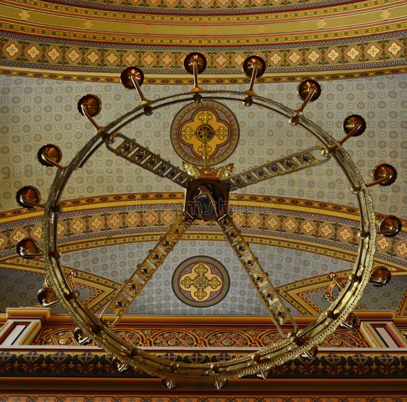 Świecznik i sufit w ortodoksyjnym kościół obraz stock