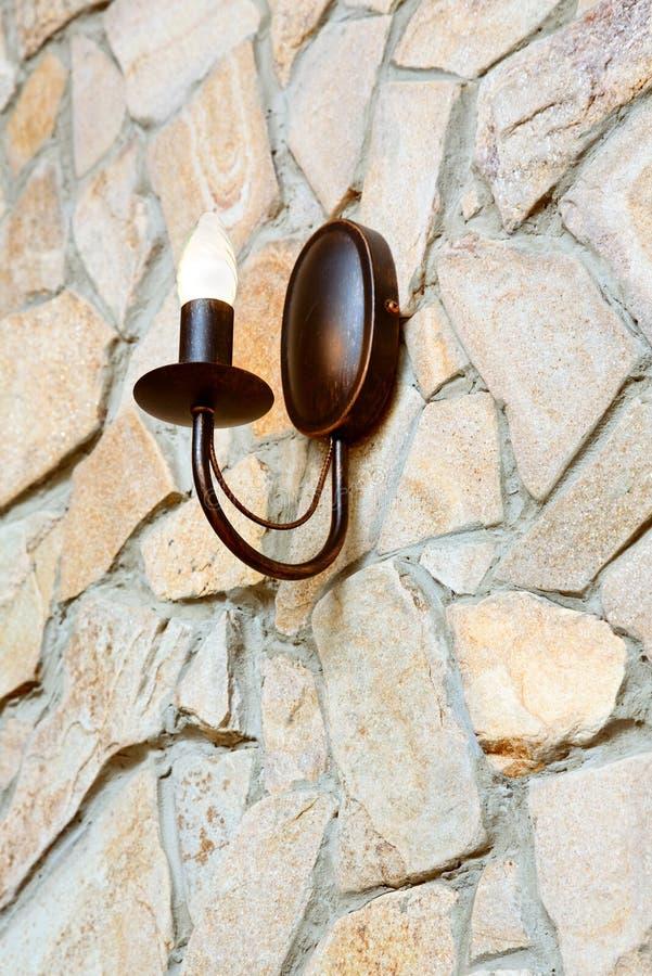 Świecznik lampa na ashlar ścianie obraz royalty free