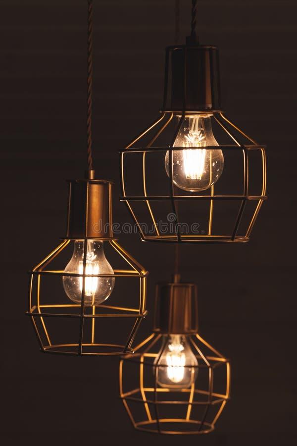 Świecznik z obwieszenia trzy żarówki lampami fotografia stock