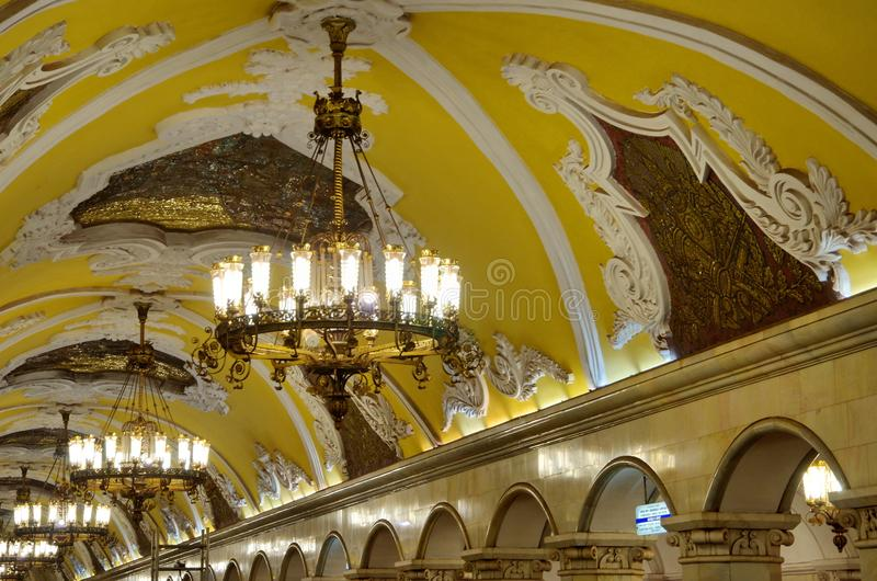 Świecznik zaświeca przy Komsomolskaya stacją metru w Moskwa, Rosja zdjęcia stock