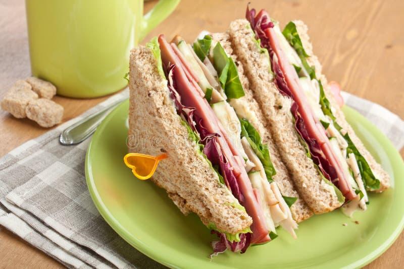 Świetlicowe kanapki z mięsem i warzywami obraz stock