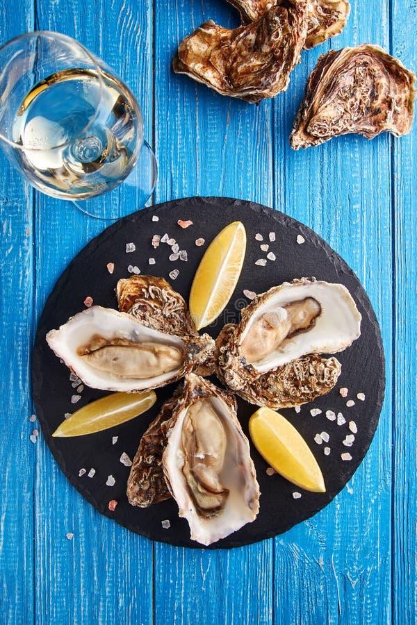 Świetne De Claire ostrygi z cytryną i białym winem zdjęcia royalty free