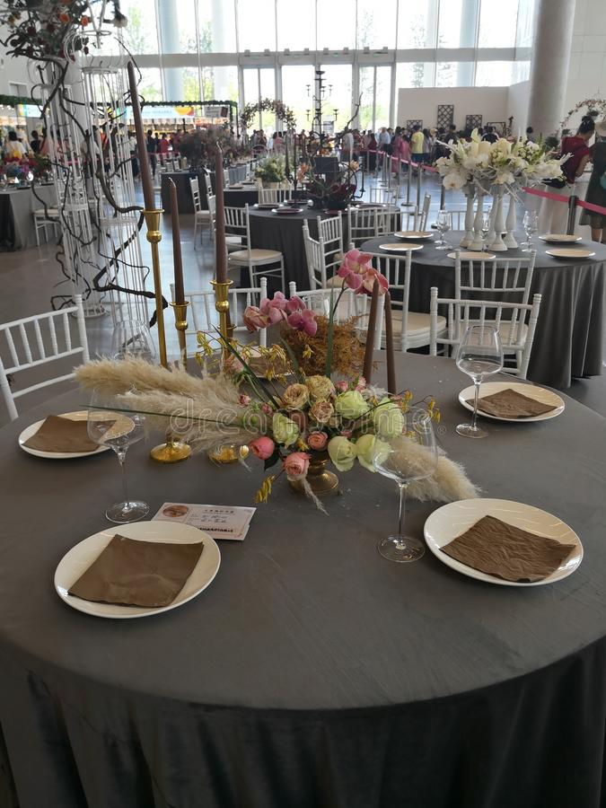 Świetny łomota stół w żywym pokoju zdjęcia stock