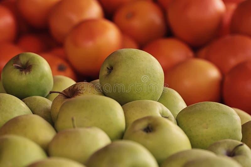 Świezi żółci jabłka i grape-fruity obrazy royalty free